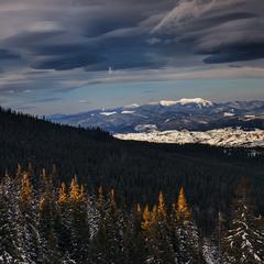 Дивні хмарки проти ночі наповзають буває.
