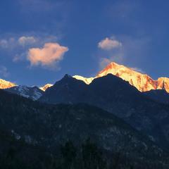 За темними долинами, горами і лісами, - червоні гори проживають.