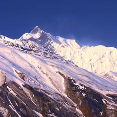 Ранок в горах азійських з рел'єфством від сонця був.