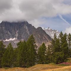 Увесь вік хтось щось шукає в горах - то сонця, то хмар. А буває - є одне й друге.