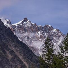 Допіру на гори випав білий сніг.