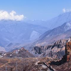Поки ранкова імла оповиває гори й долини, дорога біжить тонкою стрічков до твого села Мутхінатх.