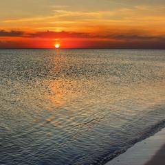 Темна нічка море вкриває. Спокій, хвиль майже нема, а від вітру по воді - брижі.