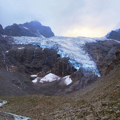 Вечір туманний. Льодовик сунеться, тане, тріщить і з голосним гупанням інколи падає донизу.
