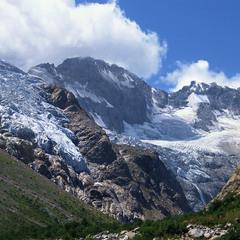 Льодовики тічуть повільно в долину.