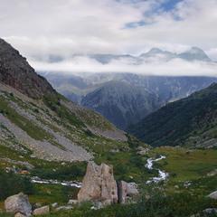 Ущелина Ґебі, Дігорія. Шлях вниз лежить повз камінь і річку. Поміж рододендронів.