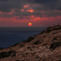 Тривожно в горах перед заходом сонця: і накрапає, і зовсім пОночі стало.