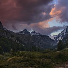 Над долиною Вальсаваранш, що на північному сході Італі, в бік Франції, осьо такий похмурий вечір.