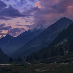 В сутінках: тривожна імла опустилась на долину і на гори.