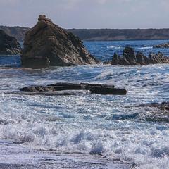 Хвилі - блакитні, скелі - руді, піна - біла: море.