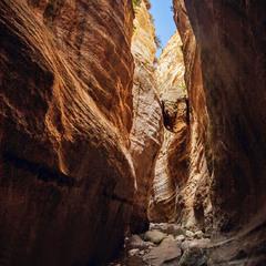 Яскраве сонце сліпить на дні -  аби не в ямі. Камінь застряв на декілька століть.