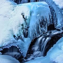 Всі стадії існування води - яка біжить, висить і лежить.