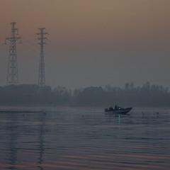 Ніч з туманом опускаються на берег і ріку.
