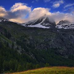 Хмари зворохобились після дощу й пообвивали гори проти ночі.