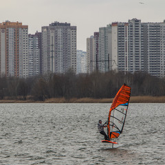 А в лютому в Києві буває приємно політати з парусом над водою.