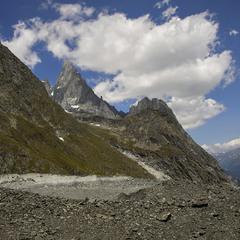 Кам'янистими згадками пройшовся. Пропливають хмари над горами й долиною.