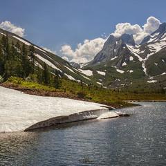 Світлий радісний літній день в середгір'ї Альп.