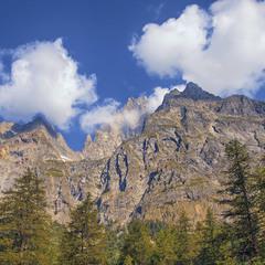 Якщо задерги голову догори, то можна розгледіти як зранку скелі кутаються в пухнасті хмарки.