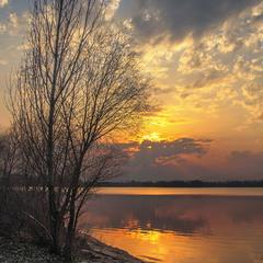 Добре біля води, - спокійно, тихо. Весною буває.