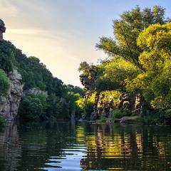 Вечір опускається на скелі й річку.