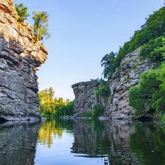 На річці Гірський Тікич рано темнішає, бо - каньйон.