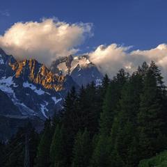 Темна нічка гори вкриває потихеньку собі.