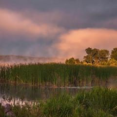 Хмарка із туману проізростає, рибалка на березі куняє, і світає,  і світає, і світає.
