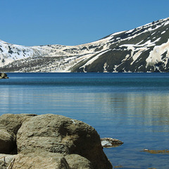 Озеро на дні вулкану. Весна.