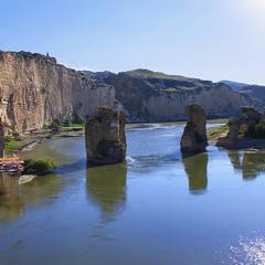 Міст імператора Траяна на шляху до Месопотамії через Тигр досі постоює.