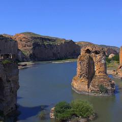 Стародавні римляни в другому столітті за імператора Траяна збудували цей міст через Тигр.