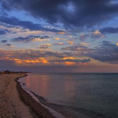 А увечері на березі моря можна посидіти, походити, полежати, подивитися на світ.