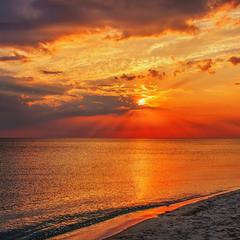 Загоряється вечір оце понад морем.