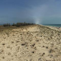 Води, піску багато, людей - мало. В квітні.