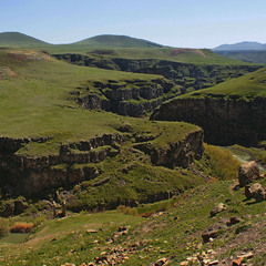На кордоні: Вірменія - ліворуч, Туреччина - праворуч.