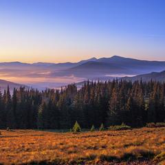 Світає, край неба ... Це вже літнє Свидівецьтво. І знов на обрії - Чорногора.