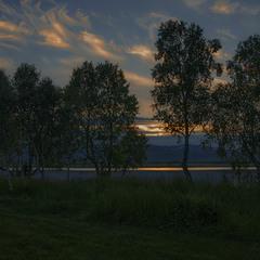 Оце - та сама справжня біла ніч біля полярного кола на березі озера. Тому то й видно - не дуже.