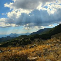 Осінь в горах біля моря. Світло й тіні.