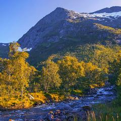 Я думаю, що річка тече -  невеличка, а світить сонце низенько, бо вечір - близенько.