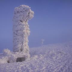 В снігу гора.