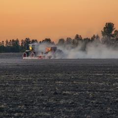 Трактор в поле виїхав проти ночі. Суша - страшенна, того й пилюка така страшенна.