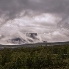 В Лапландії, на півночі Швеції, хмари оповивають гори зовсім нахабно в прерервах між дощами.