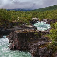 В дорозі до Нарвіка - хмарно без жадного прояснення. Течуть ріки, а моря - не переповнюються досі.