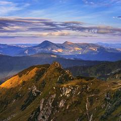 Вечір плямує гори й доли. Сонце сідає - гори чорніють.