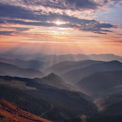 Проти сонця не зразу й вгледиш щасливе майбутнє. А воно десь там - Є!