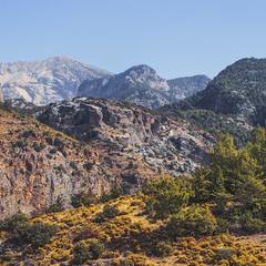 Чи то вигоріле літо, чи то пожовкла осінь – жовтень в горах азійських.