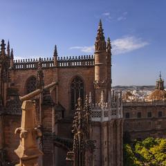 Будівля катедрального собору в Севільї з його ж дзвінниці.
