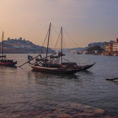 Спокійний вечір на річці Дору в місті Порту. Портвейн тут - скрізь, то чого ж турбуватися?