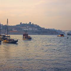 На річці Дору, Порту, навігація триває і в просторі, і в часі.