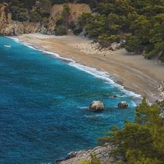 Двоє камінців вляглися біля берега - на сторожі миру й спокою.