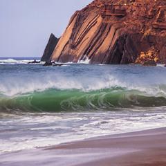 Хвилі нападають і падають, падають, падають. Скелі непорушні, стоять, стоять, стоять.